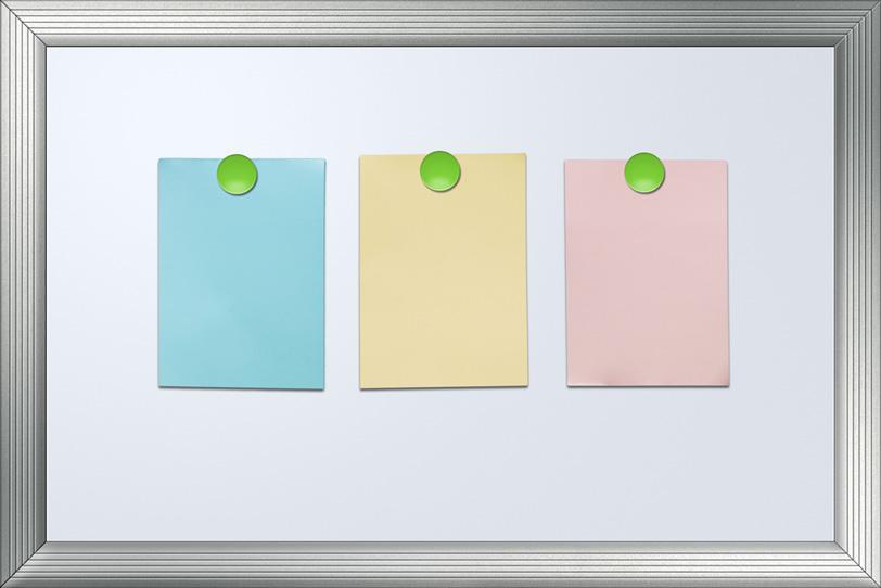 色付きメモ紙とホワイトボードの背景の写真画像
