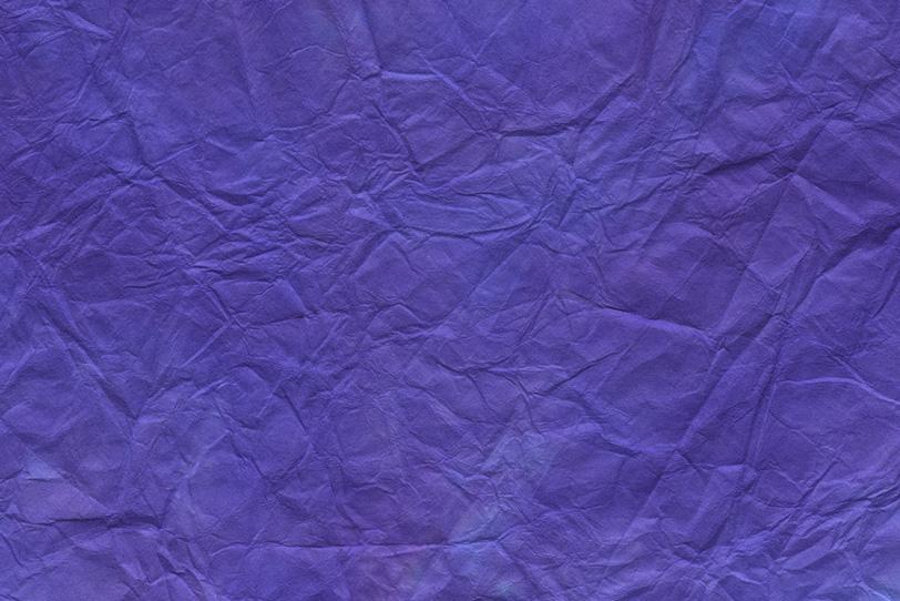 揉み染めした鮮やかな青紫色の和紙の写真画像
