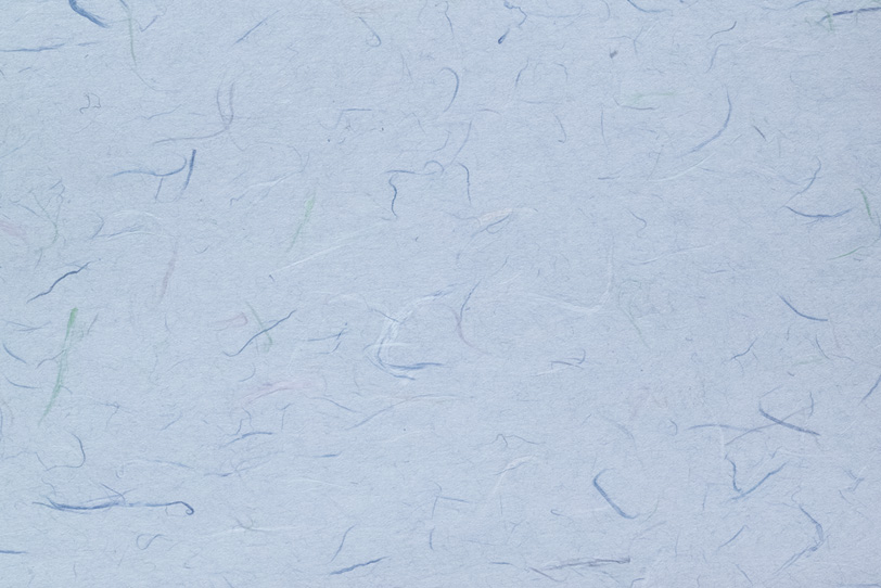 色付楮が入った青藤色の和紙の写真画像
