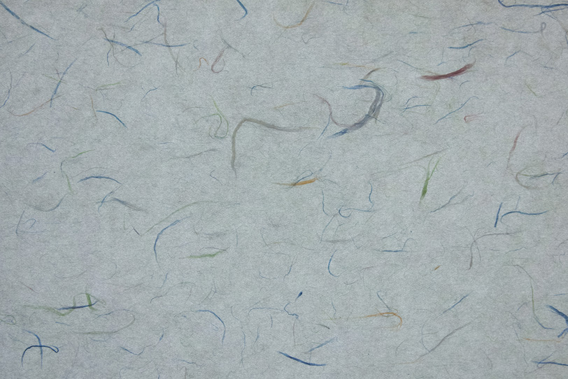 灰色にカラフルな色楮が入った和紙の写真画像