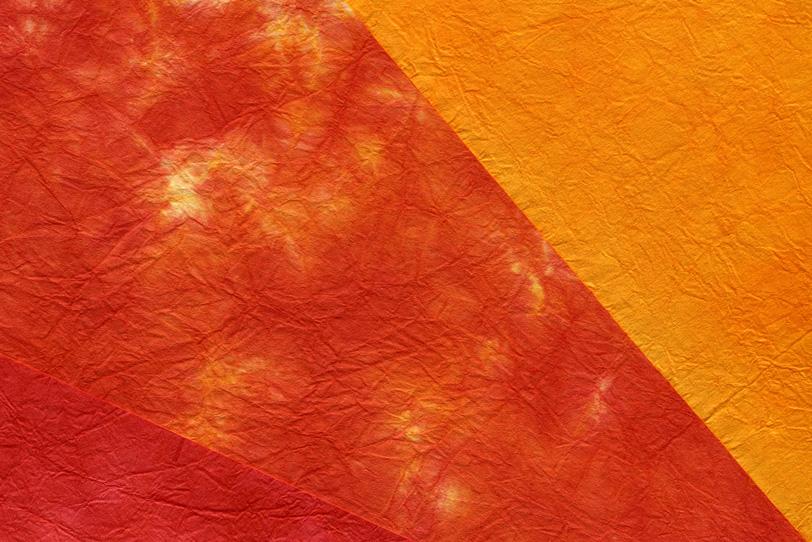 燃える炎のような赤系の和紙の写真画像