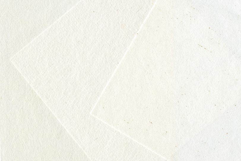 白く薄い和紙を重ねた和風の背景の写真画像