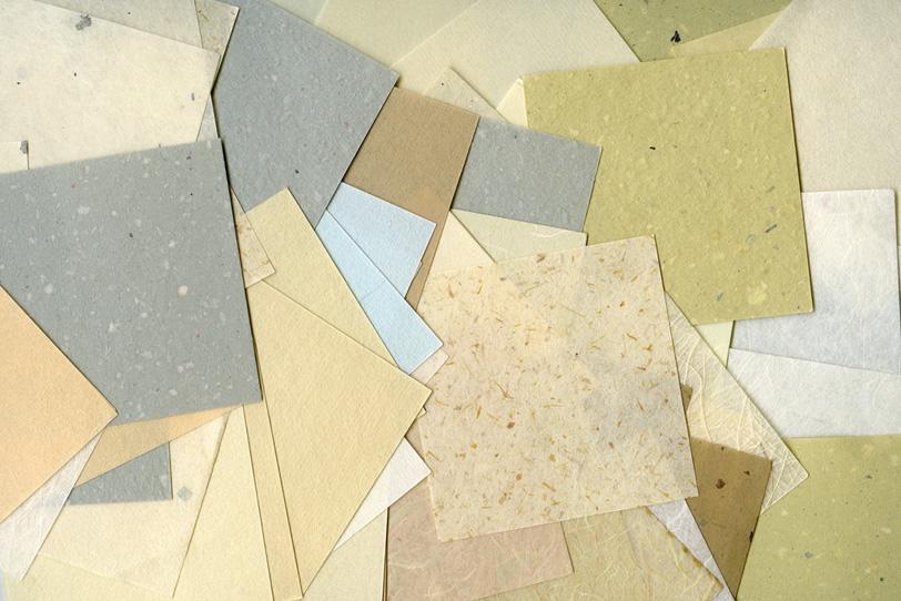沢山の白系和紙を重ねた背景の写真画像