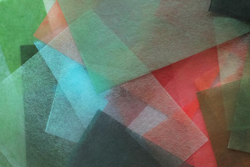透ける薄い楮素材の赤と緑の和紙の写真画像