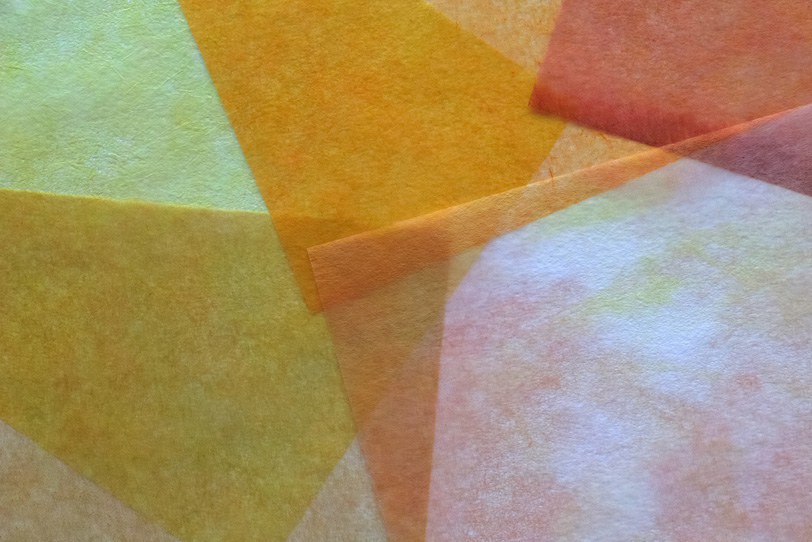 暖色系の極薄染和紙のテクスチャの写真画像