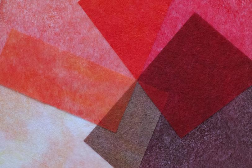 光に透ける赤と茶色の薄い和紙の写真画像