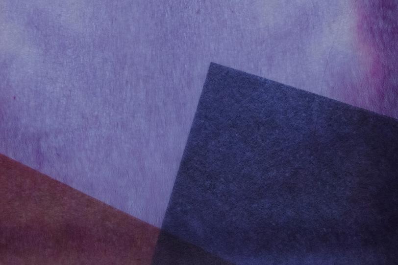 紫色の極薄染和紙のテクスチャの写真画像