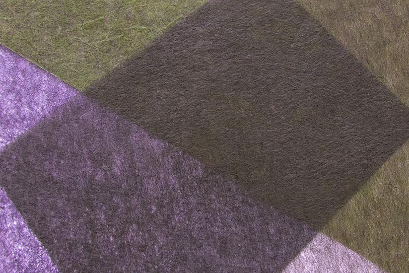 紫と濃い緑の極薄染和紙の背景の写真画像