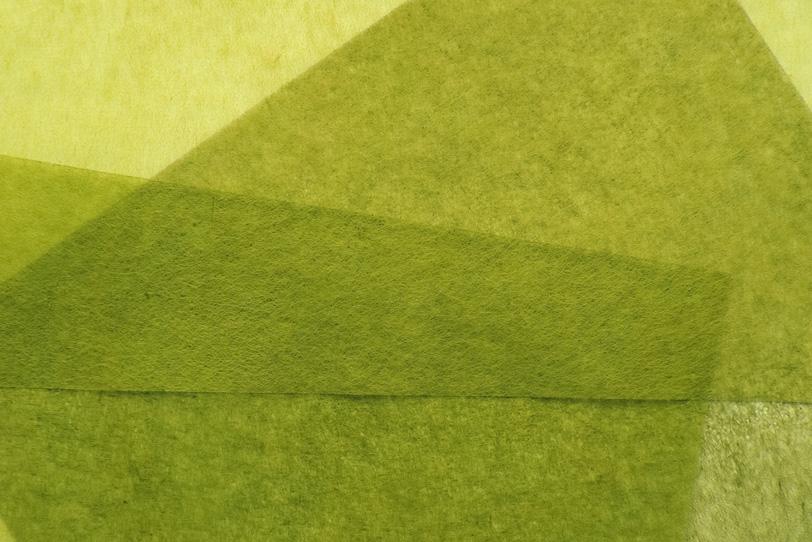 黄緑色の薄い和紙を重ねた和風背景の写真画像