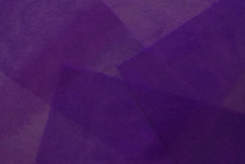 紫色に染められた極薄和紙の写真画像