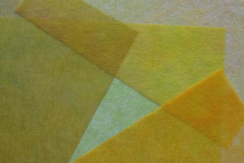 黄色く薄い和紙が重なる和風背景の写真画像