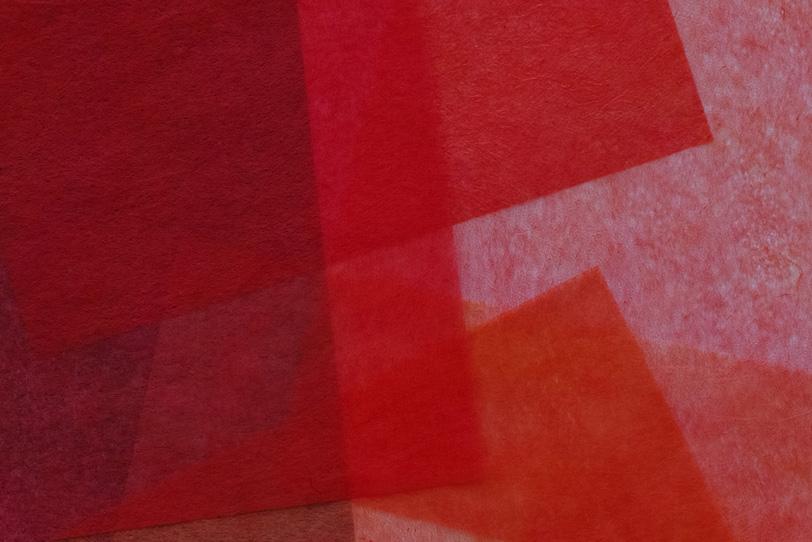 柘榴色の薄い和紙を重ねた背景の写真画像