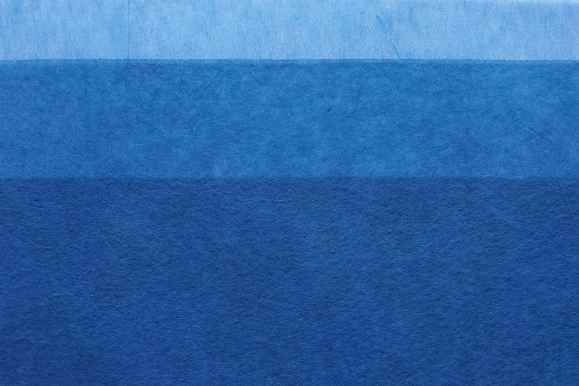 紺青水色の極薄染和紙のテクスチャの写真画像