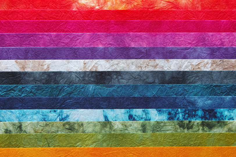 華やかな和紙を帯状に並べた背景の写真画像