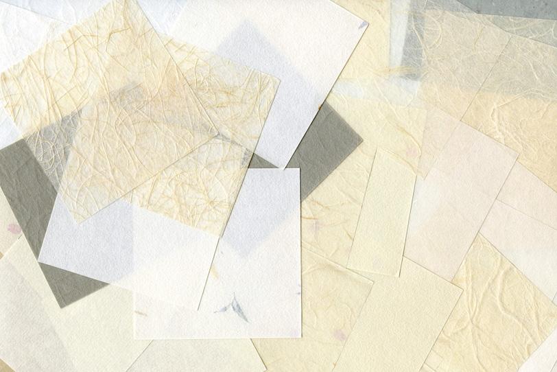 白い和紙を何枚も重ねた和風背景の写真画像
