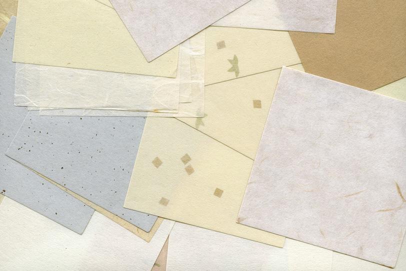 模様や筋が入った沢山の白系和紙の写真画像