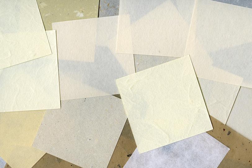 四角い和紙を沢山積み重ねた背景の写真画像