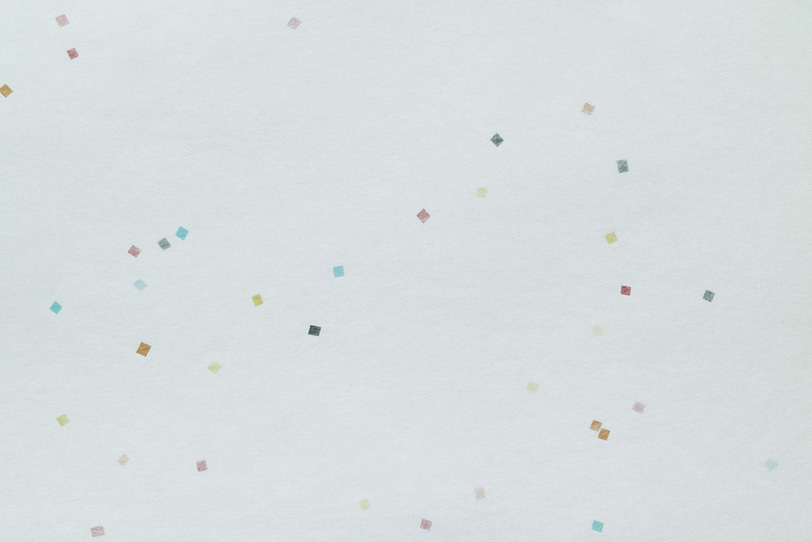 卯の花色の地に色模様がある和紙の写真画像