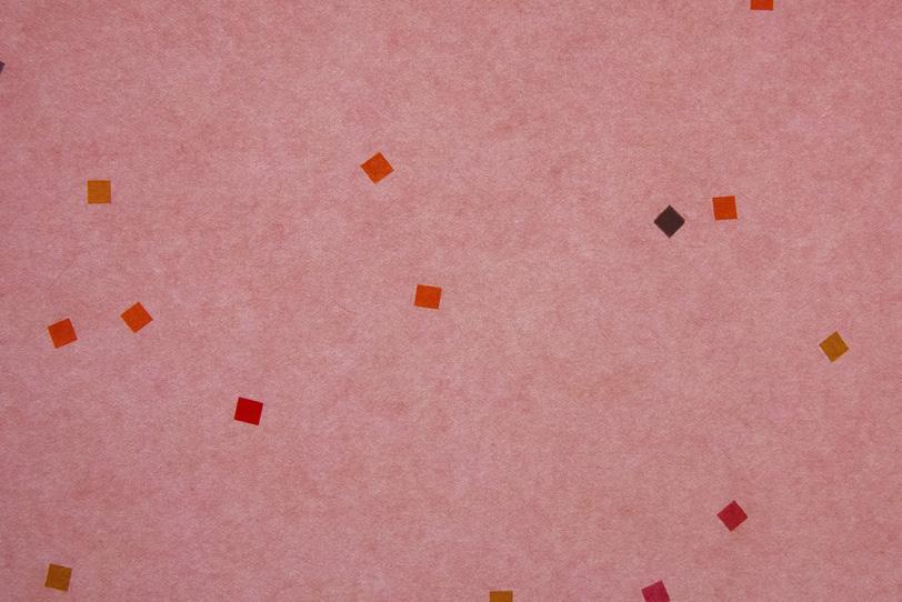 淡い紅梅色に華やかな模様がある和紙の写真画像