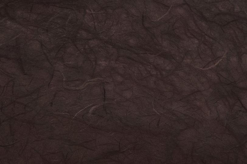 赤茶色の楮繊維が沢山ある和紙の写真画像