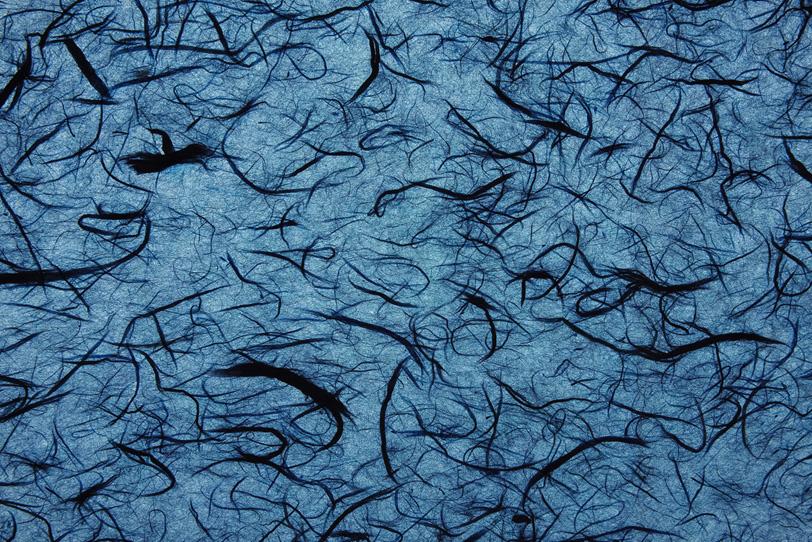 空色に濃紺の楮筋を鏤めた雲龍和紙の写真画像