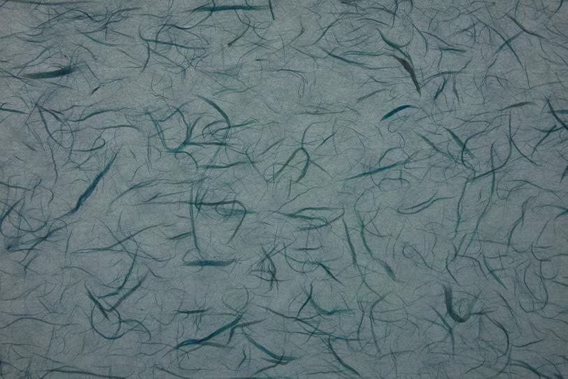 灰色に色繊維が入った雲龍和紙の写真画像