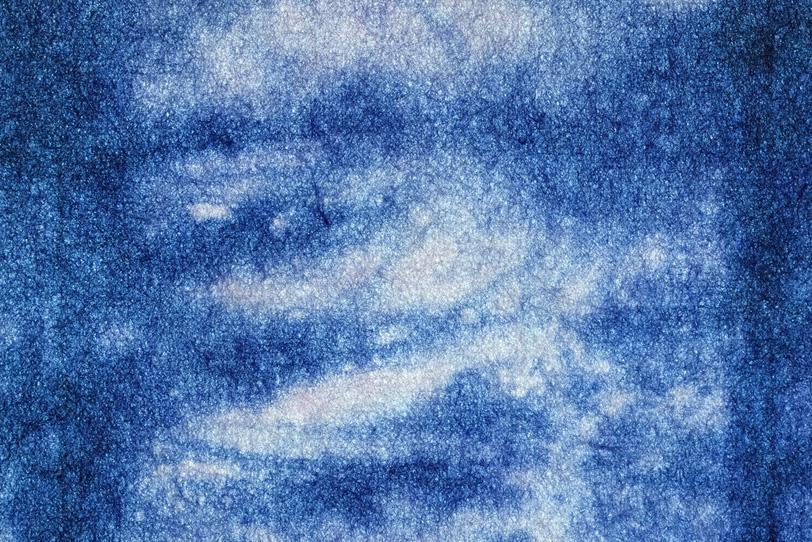 紺碧の空と雲のような色染和紙の写真画像