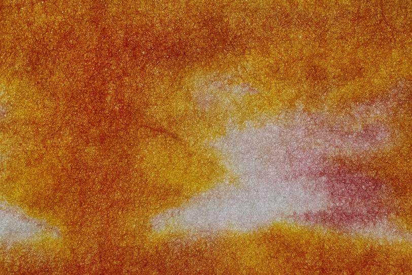代赭色が斑に滲む暈染和紙の写真画像