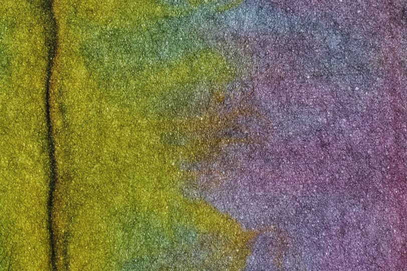 黒筋がある黄と紫の暈染和紙の写真画像