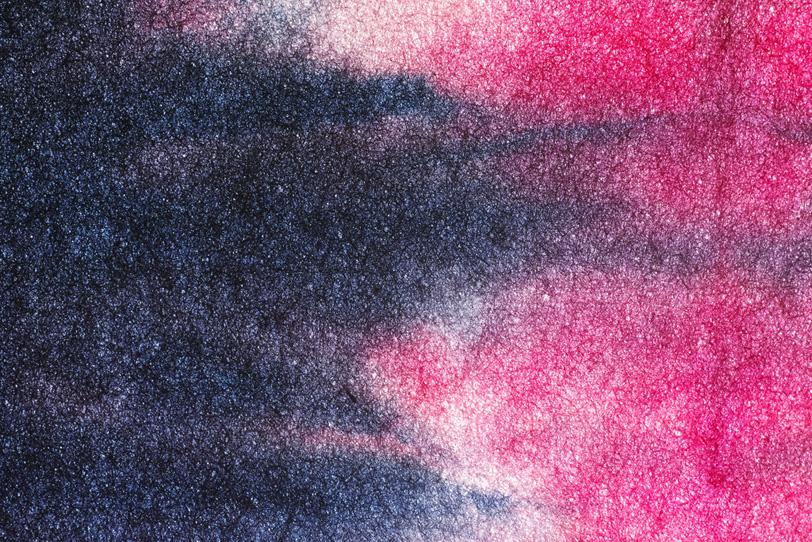 濃藍色と躑躅色が滲む暈し染和紙の写真画像