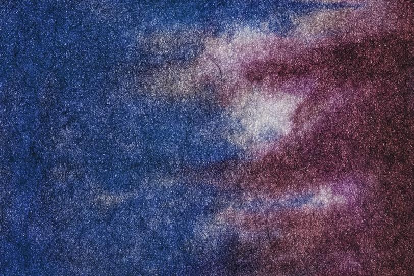 瑠璃紺色と葡萄色が滲む絞染和紙の写真画像