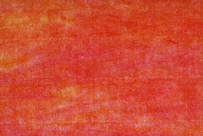 斑のある緋色の絞染和紙の写真画像