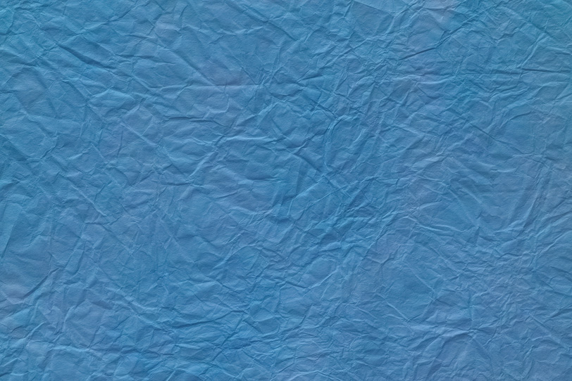 水面のような紺碧色の揉染め和紙の写真画像