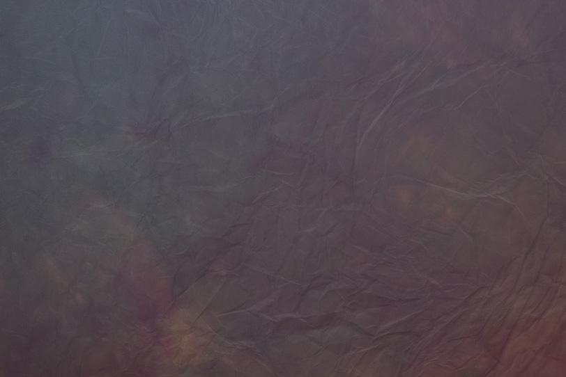 淡く真紅が滲む消炭色の揉染和紙の写真画像