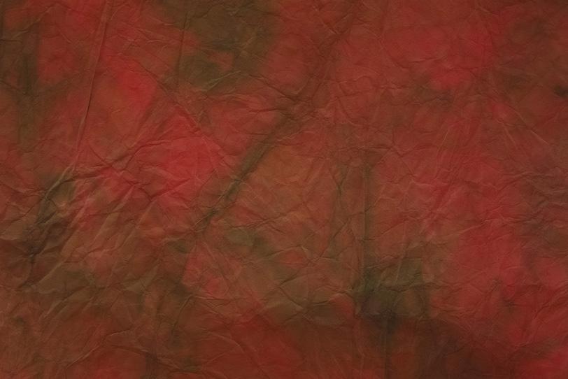 茜色に天鵞絨色が滲む揉絞染和紙の写真画像