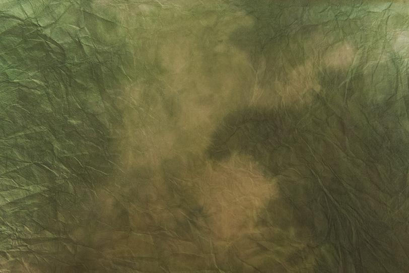 藍海松茶色が白と混ざる揉絞染和紙の写真画像