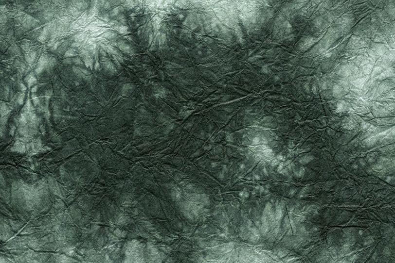 黒緑色が滲む様に暈ける揉染和紙の写真画像
