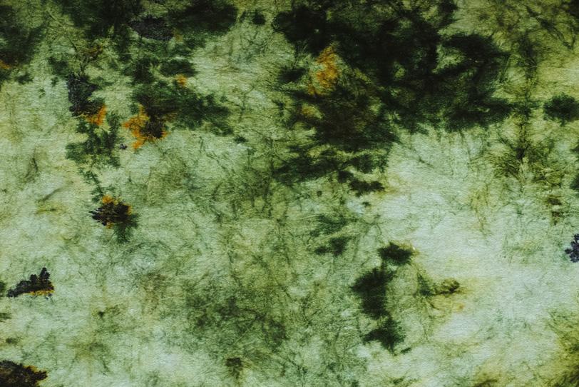 抽象的な風景画の様な絞染和紙の写真画像