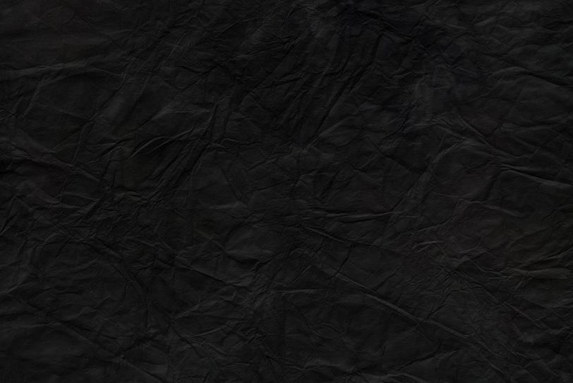 黒に染めた皺の入った和紙の写真画像