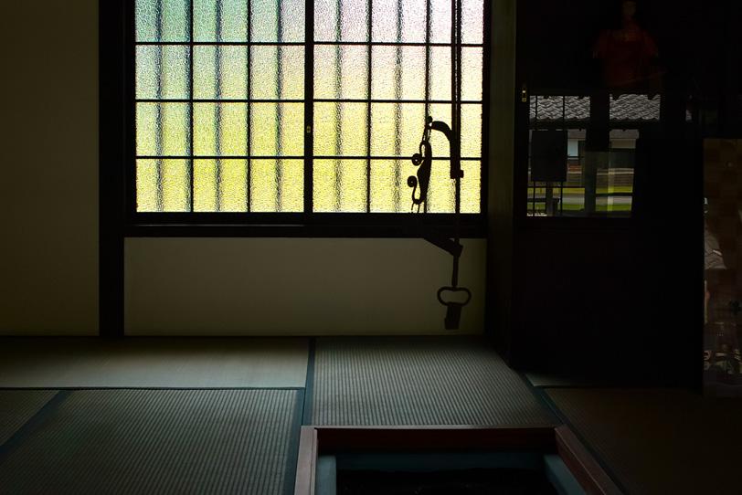 囲炉裏と畳敷きの和室の写真画像