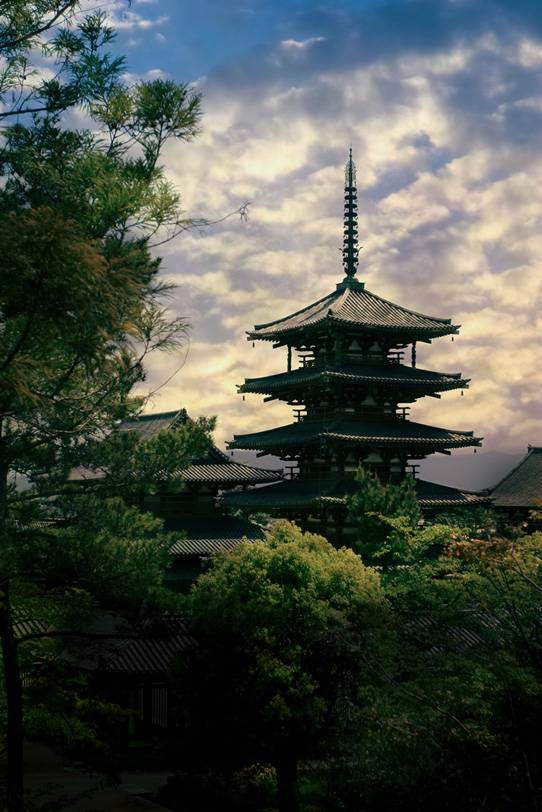 荘厳な夜明けの五重塔の写真画像