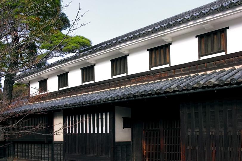 白壁と瓦屋根の町家の写真画像