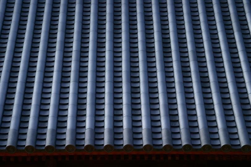 日本建築の立派な瓦屋根の写真画像