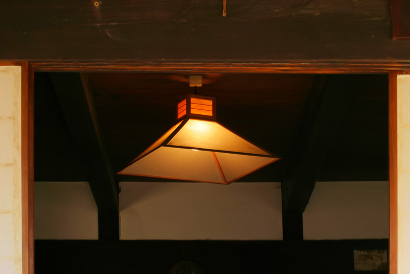 和室に灯る明かりの写真画像