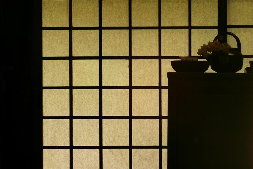 障子のシルエットが美しい和室の写真画像