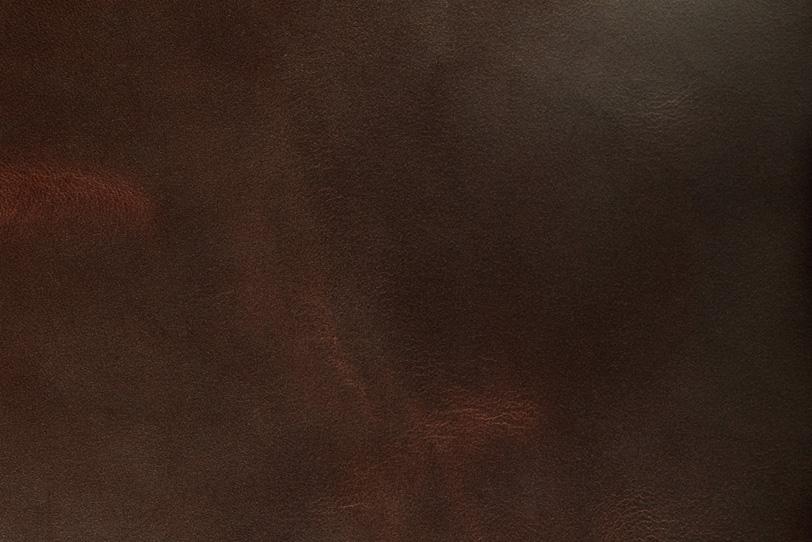 使い込まれた赤茶色のコードバンの写真画像