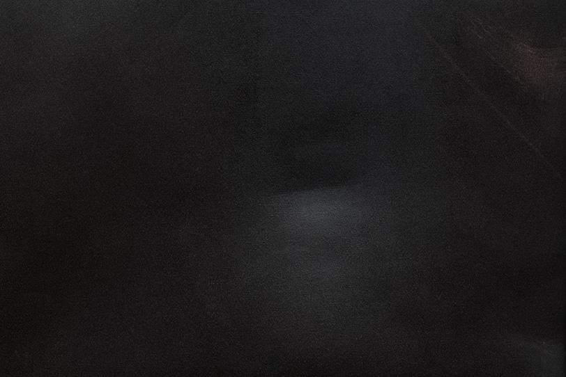 擦りギズの入った黒い革の写真画像