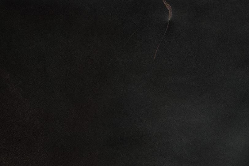 大きな傷の付いたブラックレザーの写真画像