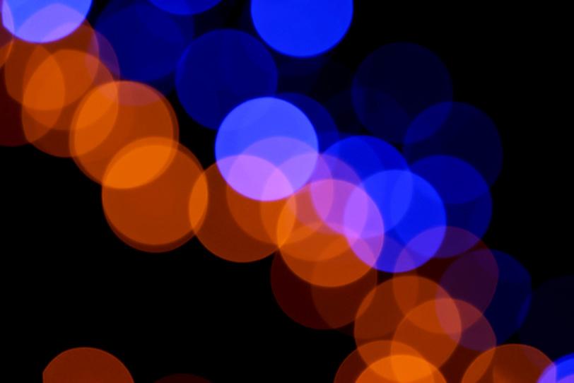 青とオレンジの光の玉の写真画像