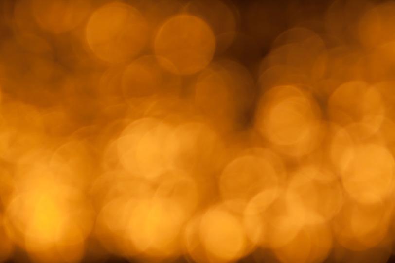 暗闇の中の黄色い灯りの写真画像